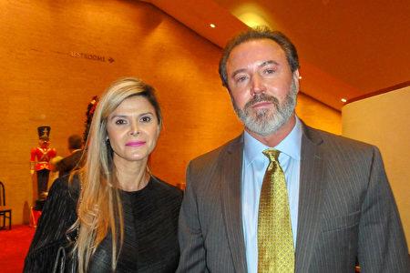 2017年12月22日晚,金融交易公司老闆Dean Thevas和太太觀賞了神韻巡迴藝術團在休斯頓的第一場演出後表示,神韻展示的文化和歷史讓人驚歎。(蘇菲/大紀元)
