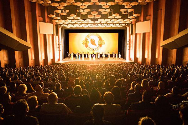 12月22日周五晚,美国神韵巡回艺术团在德州休斯顿琼斯表演艺术剧院(Jones Hall for the Performing Arts) 的首场演出大爆满,售罄加座,高价票早在一个月前已 售罄。
