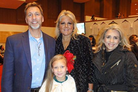 2017年12月22日晚,環境服務公司的老闆Gilbert Devis(左)和母親(右)、退休牧師Sufei Devis及妻子、小孩一起觀看了神韻巡迴藝術團在美國德州休斯頓市瓊斯演藝中心(Jones Hall)的第一場演出。(蘇菲/大紀元)