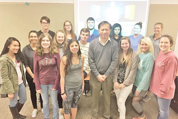 12月5日,美國南卡羅萊納大學艾肯分校「HONS 201」(榮譽課程201號)課程的課堂上,近20位該校優等生分享了自己學煉法輪功的心得。他們普遍認為,法輪功的五套功法可以幫助他們減輕身體的壓力,而《轉法輪》一書中倡導的修煉原則——真善忍引導他們變成一個更好、身心更健康的人。圖為該交流會結束時,部分學生與該課程負責教師謝田教授的留念合影照。(謝田提供)
