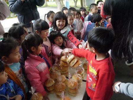 安康幼兒園小朋友當起小老闆奮力叫賣。