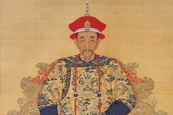 康熙皇帝朝服全身像。(公有领域)