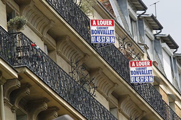 巴黎一處公寓外掛著「出租(à louer)」的牌子。(JACQUES DEMARTHON/AFP/GettyImages)