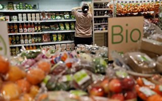 法國超市貨架上的有機農產品。(THOMAS SAMSON/AFP/Getty Images)