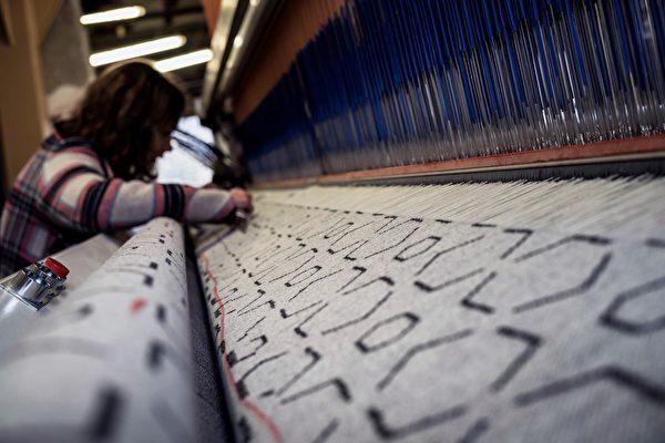 一名员工正在Arpin毛纺厂里工作。(JEFF PACHOUD/AFP/Getty Images)