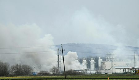 This picture taken on December 12, 2017 shows the smoke rising from Austria's main gas pipeline hub at Baumgarten, Eastern Vienna, after an explosion rocked the site.<br /> An explosion rocked one of Europe's biggest gas pipeline hubs in Austria on December 12, 2017, leaving one person dead and 18 injured, emergency services said. / AFP PHOTO / APA / ROBERT JAEGER / Austria OUT (Photo credit should read ROBERT JAEGER/AFP/Getty Images)