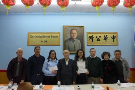 中華公所常務校董會昨晚為黃歌怡(右四)和鄭瑩(左三)兩名華僑學校畢業學生頒發「才德獎學金」。