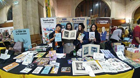 四位女性漫画家在台湾摊前合影。(驻法国代表处台湾文化中心提供)