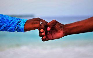 非洲夫婦誕下金髮碧眼白皮膚女嬰 全社會震驚