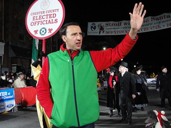 賓州國會第6選區眾議員Ryan Costello及西切斯特的各級政府官員向參加活動的民眾祝賀聖誕節快樂。 (司瑞/大紀元)