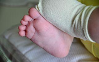 寶寶大哭不止 脫下襪子 爸爸發現父母都必須瞭解的事