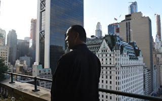 郭文贵近日在美国纽约的豪宅接受法新社的专访。(TIMOTHY A. CLARY/AFP/Getty Images)