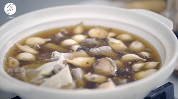 肉骨茶料理步骤之三: 中火煮45分钟。(C2食光提供)