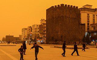 土耳其東南部日前遭沙塵暴侵襲,有些地區的天空變成暗紅色,猶如末日景象。(ILYAS AKENGIN/AFP/Getty Images)