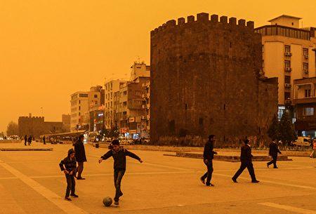 土耳其东南部日前遭沙尘暴侵袭,有些地区的天空变成暗红色,犹如末日景象。(ILYAS AKENGIN/AFP/Getty Images)