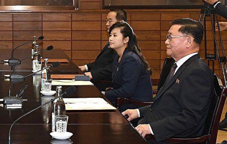韩国与朝鲜于1月15日在板门店举行商讨奥运会的工作会议,朝鲜出席代表包括牡丹峰乐团团长玄松月(右二)。(South Korean Unification Ministry via Getty Images)