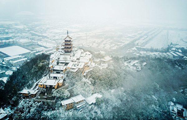 近日,江苏、浙江、上海等8省市下大雪,局地暴雪。图为雪中的南通居民。(AFP/Getty Images) 近日,江苏、浙江、上海等8省市下大雪,局地暴雪。图为雪中的亳州居民。(AFP/Getty Images)