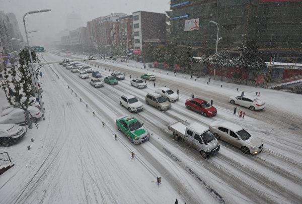 近日,江苏、浙江、上海等8省市下大雪,局地暴雪。图为雪后的南通。(AFP/Getty Images)