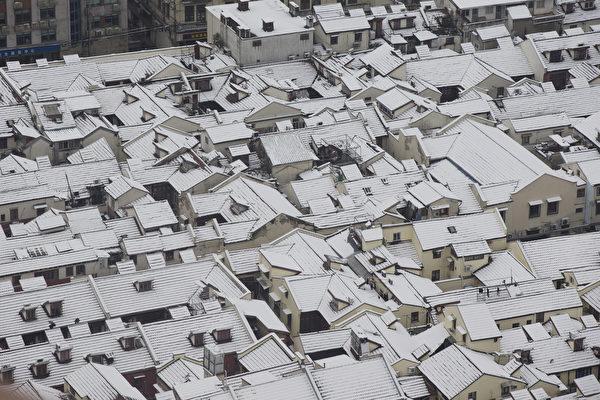 近日,江苏、浙江、上海等8省市下大雪,局地暴雪。受此影响,多地气温明显下降、航班等交通受影响,其中上海逾百架航班取消。另外,内蒙古出现-50.2℃的极端低温天气。图为雪后的上海。(AFP/Getty Images)