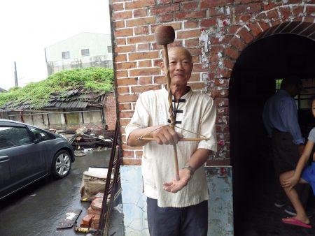 施三郎展示早期的木制钻洞器。