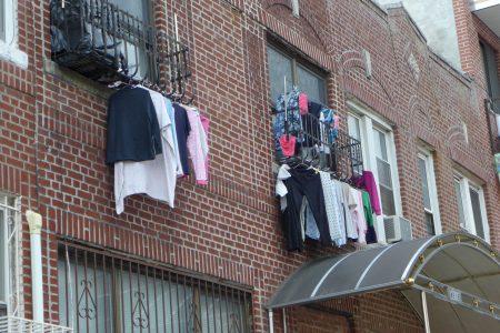 该户人家晾晒窗外的衣物,在马路上也是一目了然。