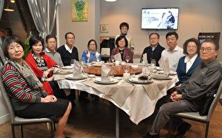 张大使夫人(右5)与会长陈淑娟(站立者)及与会侨领合影。(驻法国台北代表处提供)