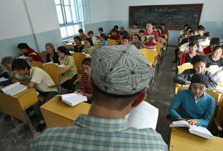中共建了伊斯蘭教學校,學制5年,而且免費,到1992年,已經有3萬多維族人就讀過。
