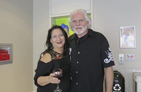 2018年1月5日晚,德州政府交通厅业务 分析师Mark Howell和太太观赏了神韵北美艺术团在奥斯汀的第一场演出。(林南宇/大纪元)