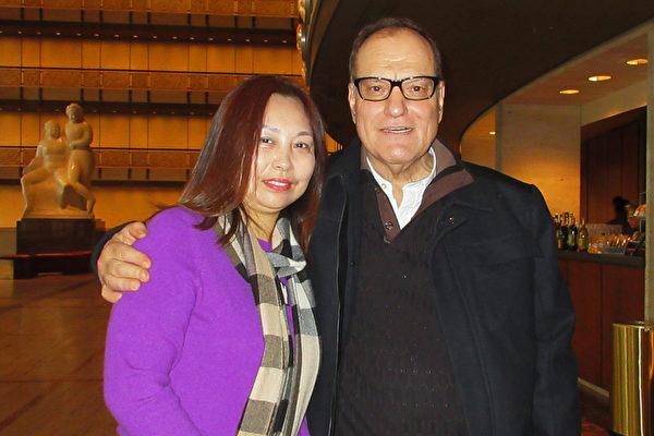1月11日下午,華人張女士和男友Vincent Brotowsky一同觀看了神韻紐約藝術團今年在紐約林肯中心的首場演出。(林南宇/大紀元)