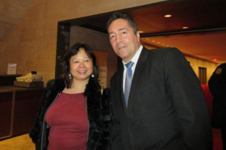 纽约华人Winnie Jiang与朋友Joey Pagan于1月12日晚在纽约林肯中心一同观看了神韵纽约艺术团的演出。 (林南宇/大纪元)