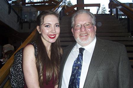 芭蕾舞演员Holland Peters和父亲Phil Frice对神韵演出赞不绝口。(周容/大纪元)