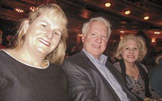 1月27日下午,美國一家大型醫療保險公司馬里蘭州分部的資深執行主管Bryan Pabst (中)在美國巴爾的摩Hippodrome劇院觀看了神韻世界藝術團今年在當地的第二場演出。(李辰/大紀元)