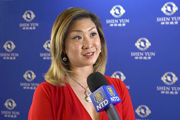 1月28日下午,前马来西亚国际华裔小姐选美冠军、知名电视主持人陈影雯(Jolene Chin)观赏了神韵演出后,赞叹神韵气势恢宏,精湛完美。(新唐人电视台)