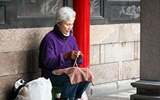 婆婆嘱我每晚街口撒一把米 阿婆道真相 我泪如雨下