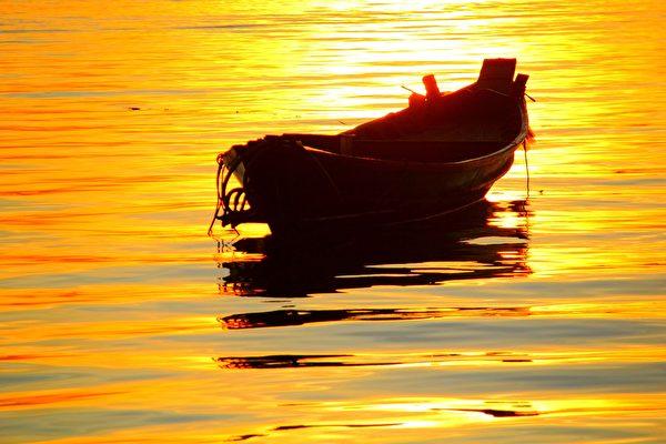远浦渔舟钓月明;明月钓舟渔浦远。(pixabay)