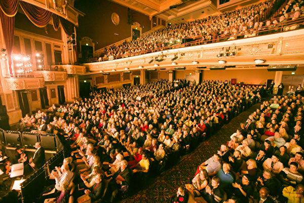 1月27日,神韻世界藝術團在美國巴爾的摩進行了兩場演出,票房全部售罄。早在開演前一個月,巴爾的摩四場演出的高價好票就幾近售罄。(李莎/大紀元)