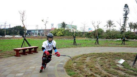 以发展直排轮曲棍球运动为重点的日南国小,校长建议做国际标准的球场,而社区的年轻人则喜欢打篮球,因此规划在幸福公园内设置多功能球场。