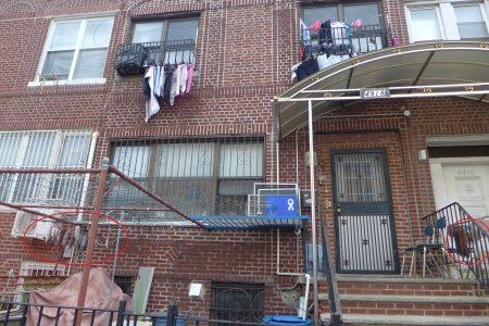 布碌崙九大道一户民宅内的华人家庭在前院晾晒腊肉和风干鱼,二楼窗前则挂出衣物。