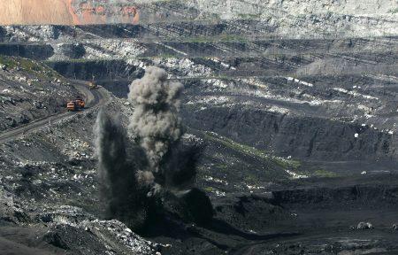 中国财富集中在地产、金融、股票、矿产等,但中共政府所到之处就是掠夺资源。图为被过度开发的中国煤矿场。