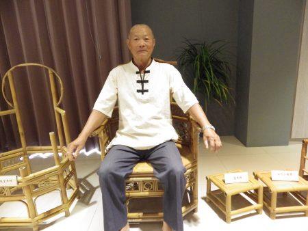 年近80岁的施三郎坐在皇帝椅上。皇帝椅,顾名思义,造型宽阔又有气势,有君临天下,万寿无疆的感觉。