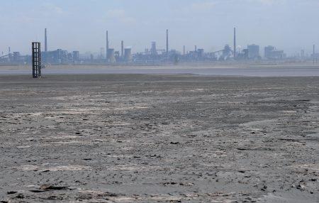 中国财富集中在地产、金融、股票、矿产等,但中共政府所到之处就是掠夺资源。图为被大量放射性有毒物质填满、位于内蒙古的尾矿坝。