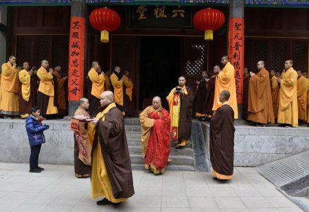 專家表示,中共對宗教統戰與滲透,造成亂象,如有的和尚摟著女人招搖過市。圖為少林寺舉行儀式,紅色袈裟者為涉醜聞的釋永信。