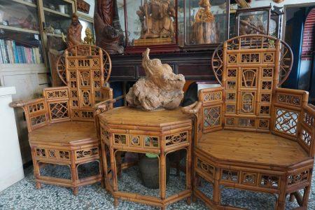 施三郎的作品—皇帝椅和八角桌,是10几年前送给从事佛像雕刻朋友的贺礼。
