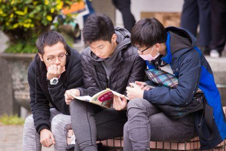 107學年度大學入學考試學科能力測驗1月26日登場。圖為考生在試場外溫書。