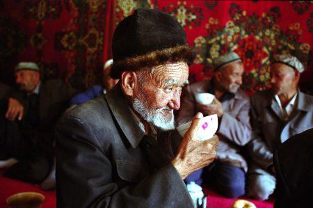 其實維族人並非虔誠的伊斯蘭教徒,喜歡喝酒,也不常上清真寺,當時許多農民沒有受過教育,上級要求去清真寺也就照辦。
