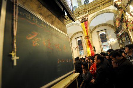中共在去年底禁止中国大陆民众过圣诞节,网路上那些过圣诞的礼物,全部下架。图为2010年北京基督教徒上教堂度过耶诞节。