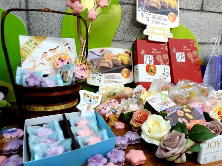 花博專屬產品以山櫻花為主題,製作出櫻花馬卡龍、櫻花餅和蛋糕,作為花博伴手禮。