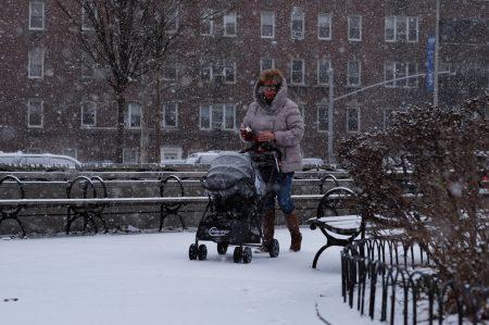 在過去一周嚴寒天氣中,主計長辦公室在全市五區發現了30余處政府樓沒有暖氣或熱水,在目前紐約零下的低溫中,房屋局使居民被迫忍受寒冷。
