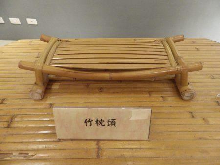 竹枕头,简洁的外形,加上透气、久睡不热的特性,在炎热的盛夏给人清凉舒适的感觉!