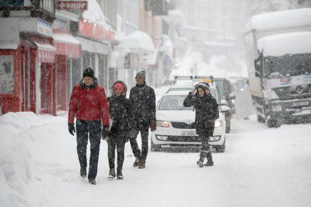 瑞士滑雪胜地达佛斯近一周来降下20年来最大的一场雪。